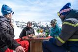 détente entre amis au ski à La Rosière soleil neige