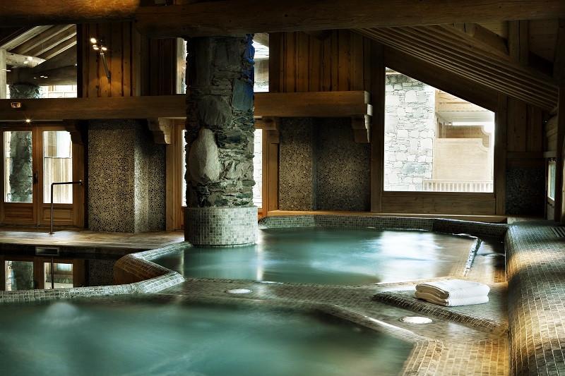 piscine-de-la-residence-les-cimes-blanches-la-rosiere-vue-2