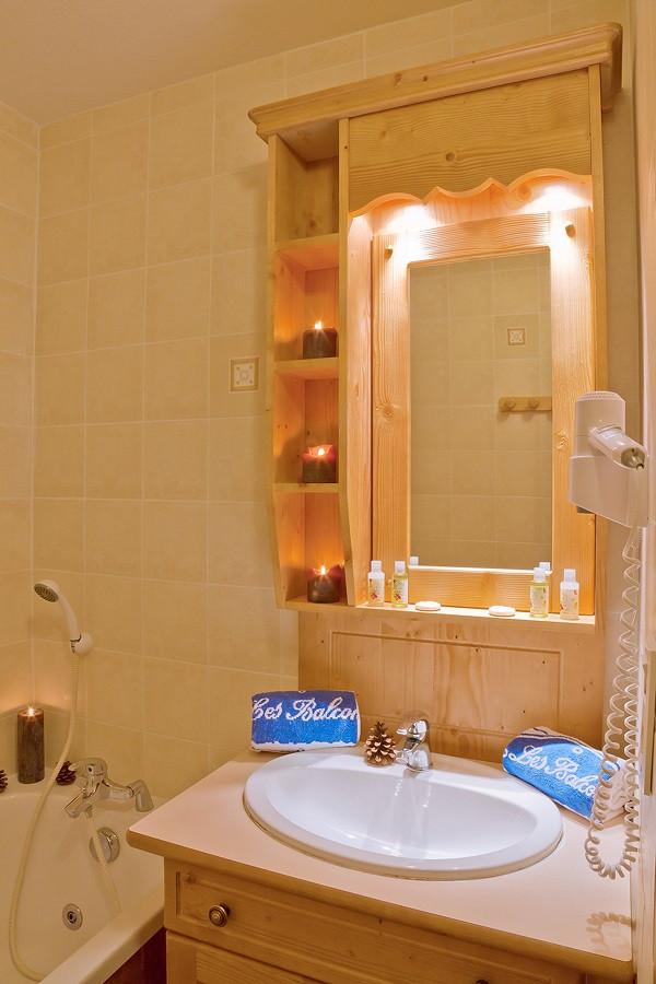 salle-de-bain-appartement-8P16PR-les-balcons-de-la-rosiere-vue-1
