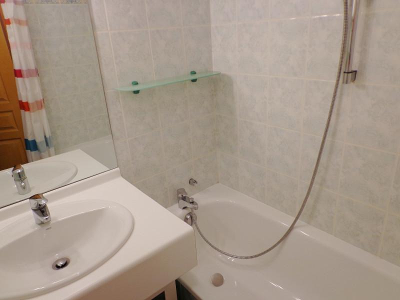 salle-de-bain-appartement-NV008-la-rosiere-vue-2