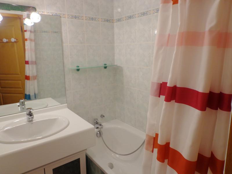 salle-de-bain-appartement-NV008-la-rosiere-vue-1