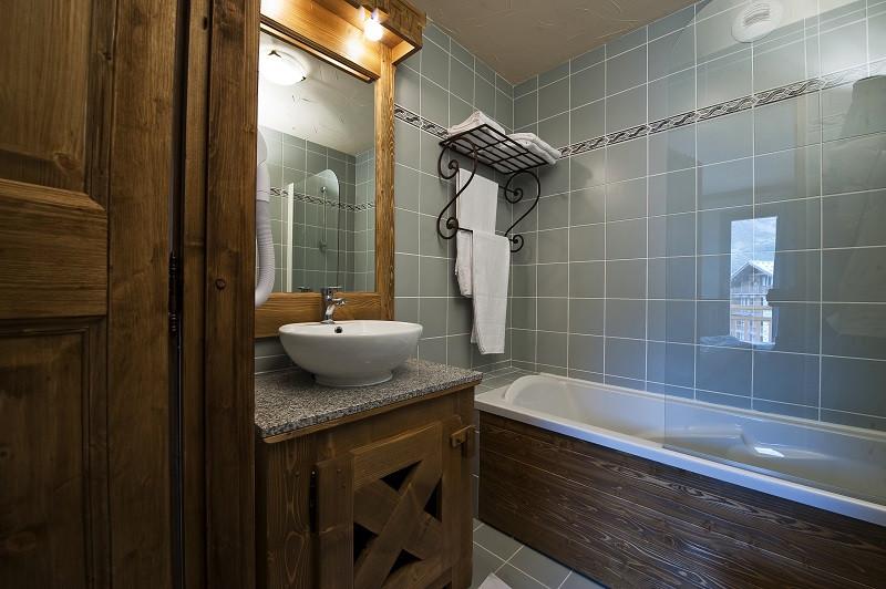 salle-de-bain-appartement-APT12A14-la-rosiere-vue-2